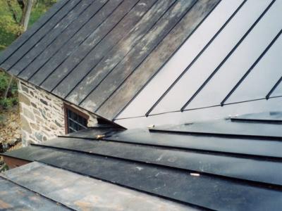 Remplacement d'une noue et de la surface contigüe sans endommager le reste de la toiture, toujours efficace.